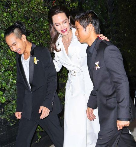 Angelina Jolie khoe hinh xam 'rang buoc' co voi Brad Pitt - Anh 13