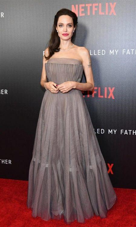 Angelina Jolie khoe hinh xam 'rang buoc' co voi Brad Pitt - Anh 3