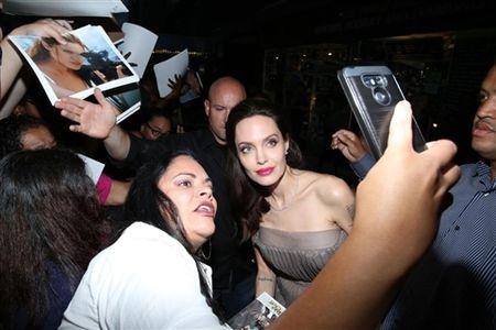 Angelina Jolie khoe hinh xam 'rang buoc' co voi Brad Pitt - Anh 5