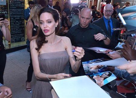 Angelina Jolie khoe hinh xam 'rang buoc' co voi Brad Pitt - Anh 6