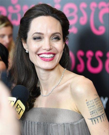 Angelina Jolie khoe hinh xam 'rang buoc' co voi Brad Pitt - Anh 7