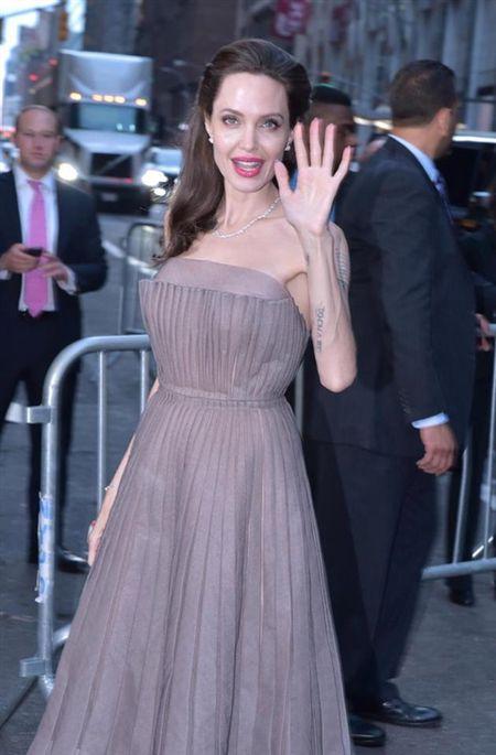Angelina Jolie khoe hinh xam 'rang buoc' co voi Brad Pitt - Anh 8