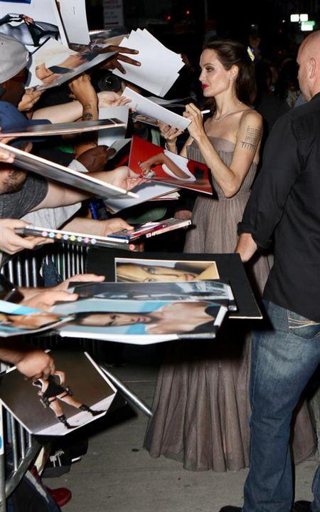 Angelina Jolie khoe hinh xam 'rang buoc' co voi Brad Pitt - Anh 9