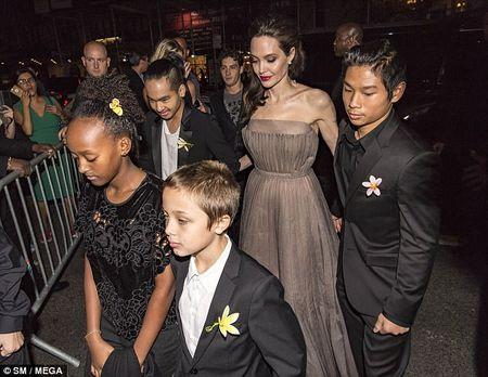 Angelina Jolie mac vay cup nguc, khoe hinh xam 'khung' - Anh 10
