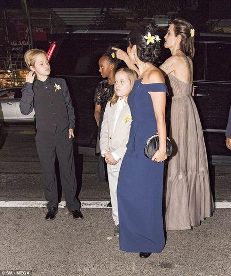 Angelina Jolie mac vay cup nguc, khoe hinh xam 'khung' - Anh 11