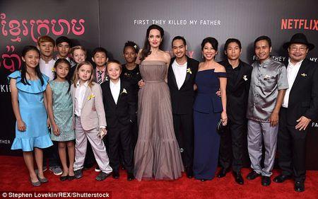 Angelina Jolie mac vay cup nguc, khoe hinh xam 'khung' - Anh 1