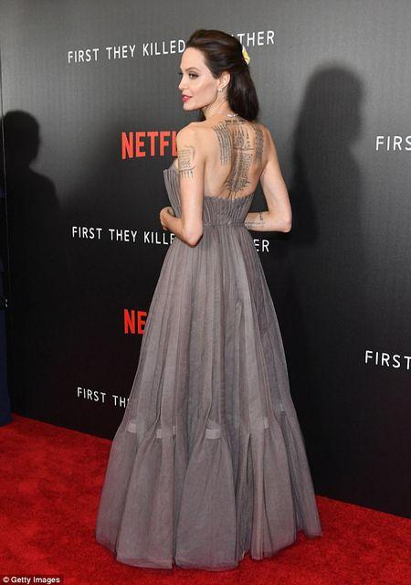 Angelina Jolie mac vay cup nguc, khoe hinh xam 'khung' - Anh 2