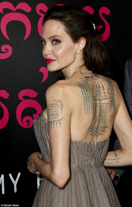 Angelina Jolie mac vay cup nguc, khoe hinh xam 'khung' - Anh 4