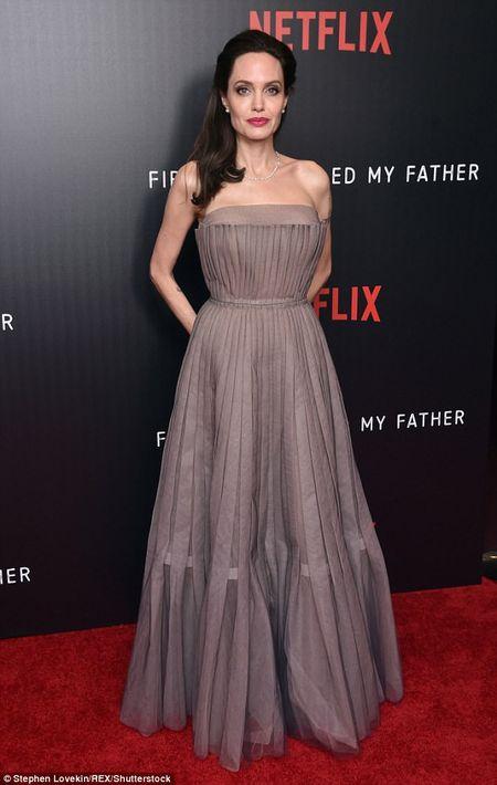Angelina Jolie mac vay cup nguc, khoe hinh xam 'khung' - Anh 5