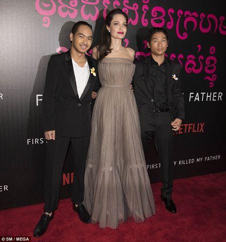 Angelina Jolie mac vay cup nguc, khoe hinh xam 'khung' - Anh 9