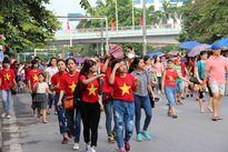 Người dân nô nức ngóng chờ đoàn diễu binh mừng Quốc khánh