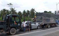 Tin tức giao thông 24h: Ô tô bẹp dúm giữa 2 xe tải sau va chạm liên hoàn