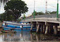 Thoát khỏi cầu Lê Hồng Phong, tàu 8 tỷ lại mắc kẹt dưới gầm cầu Trần Hưng Đạo