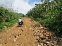 Đường lên xã vùng cao Phú Mỡ cần được sửa chữa gấp