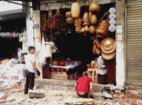 Người dân phố cổ Hà Nội tự tháo dỡ bục bệ, mái vẩy