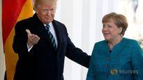 Cử chỉ lạ của ông Trump với bà Merkel
