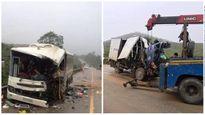 Xe khách 'hôn' xe tải, 11 người thương vong