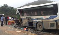 Xe tải đấu đầu xe khách, 12 người gặp nạn