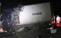 Ô tô tải và xe khách tông nhau, 14 người thương vong trong đêm