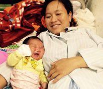 Bé trai sinh mổ nặng kỷ lục 6,1kg ở Nghệ An