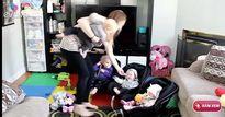 """Video: """"Người mẹ siêu nhân"""" một lần chăm 4 đứa trẻ"""