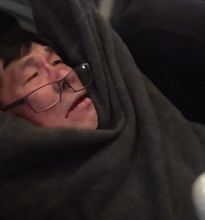 Hành khách bị lôi khỏi máy bay: Ông Trump quan tâm, dân Mỹ sục sôi