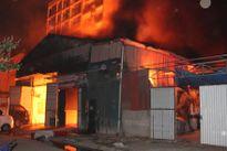 Xưởng gỗ rực cháy trong đêm tại hà Nội, 3 nhà lân cận thiệt hại nặng nề