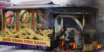 Xe tang chở thi thể người chết bất ngờ bốc cháy trên quốc lộ 1A