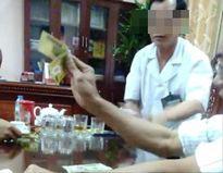 Xôn xao vụ việc Giám đốc bệnh viện mặc áo blouse ngồi đánh bạc ngay trong phòng làm việc
