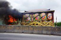 Cháy xe tang trên QL1A khiến giao thông ùn tắc nghiêm trọng