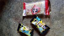 Hàng chục học sinh nghi bị ngộ độc sau khi ăn bánh kẹo của người lạ cho