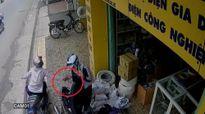 Clip: Cướp táo tợn, giật ví tiền trên tay người phụ nữ ngay giữa phố