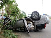 Ô tô 'phơi bụng' trên đường sau cú va chạm với xe máy