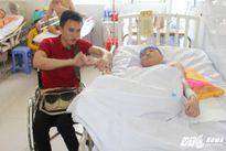 Chàng trai bại liệt 2 chân chăm sóc bạn liệt tứ chi ở bệnh viện