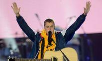 Justin Bieber bật khóc trước hàng chục nghìn khán giả