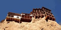 Những ngôi nhà lơ lửng trên vách núi nhìn đã muốn 'rụng tim'
