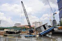 Sà lan đâm chìm 2 phương tiện thủy, nhiều người tháo chạy thục mạng