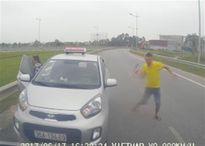 Taxi chạy ngược chiều có tài xế 'múa' gậy bị tước phù hiệu