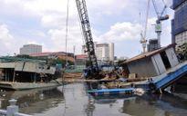 Sà lan hàng chục tấn chìm xuống kênh Tàu Hủ