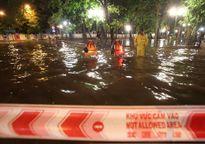 Mưa lớn, nhiều tuyến phố bị ngập, giao thông tắc nghẽn