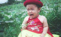 Bé gái 1 tuổi khiến các bà mẹ bỉm sữa phát 'sốt' vì biểu cảm quá đáng yêu bên hồ sen