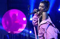Ariana Grande gặp sự cố sân khấu bất ngờ