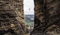 Cú nhảy thót tim từ vách núi cao 27 m vào top ảnh tuần