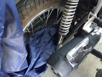 Áo mưa siết cổ tử vong do cuốn vào xe máy