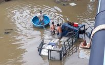 Cứu tài xế gãy chân mắc kẹt trong xe tải chìm xuống sông Dinh