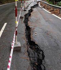 Xuất hiện vết nứt dài hơn 150m trên quốc lộ gần 2.000 tỷ sau mưa bão
