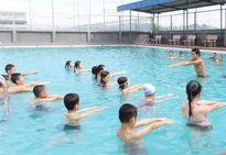 Cha mẹ hãy là người thầy dạy trẻ biết bơi