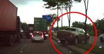 Clip: Ô tô bán tải bất ngờ 'leo con lươn' thoát kẹt xe trên đại lộ