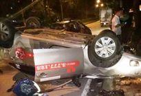 Taxi tông người lái xe máy tử vong rồi đâm vào gốc cây