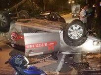Taxi đâm xe máy rồi lật ngửa, một người tử vong tại chỗ